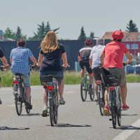 Fahrrad-an-Bank-gelehnt