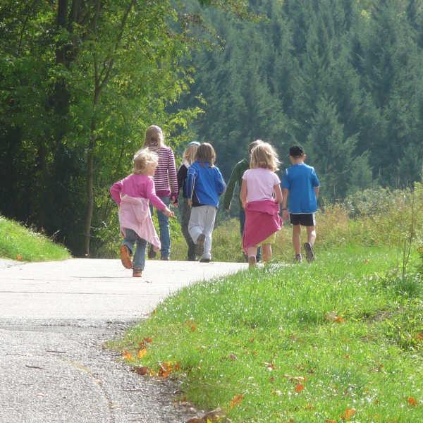 Familien-Kinder-Ausflug-auf-Wanderung