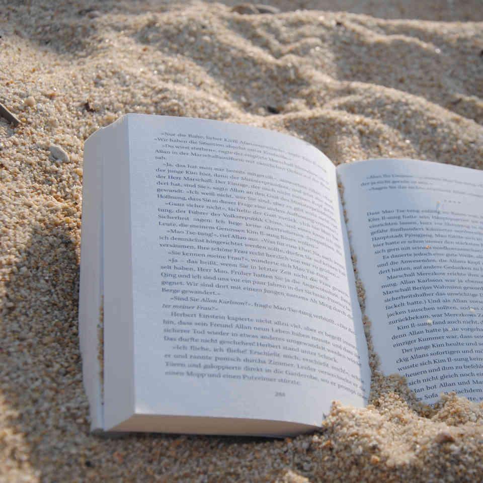 Romantik-Buch-im-Sand