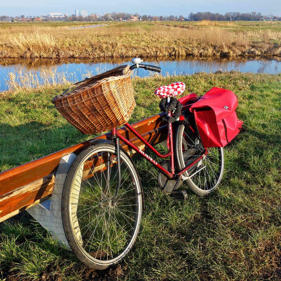Fahrradtour-Pause-an-Parkbank