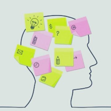 Merkzettel auf einem gezeichneten Kopf als Symbol für Mnemotechniken und Gedächtnisstützen
