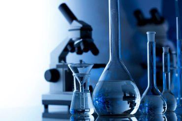 Sammlung von Geräten aus einem Chemie-Labor als Symbol zur Förderung von naturwissenschaftlichen Fächern