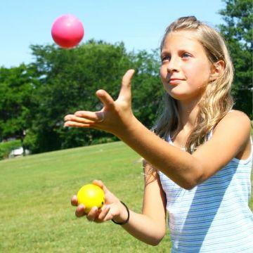 Ein Mädchen erlernt im Lernforum das Jonglieren mit Bällen zur Steigerung der Konzentrationsfähigkeit