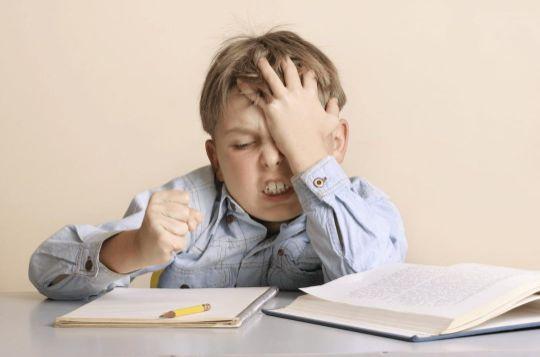 Schüler der Grundschule verzweifelt wegen Lernschwäche beim Lernen und benötigt eine Diagnostik