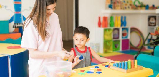 Ausgebildete Lerntherapeutin behandelt eine Rechenschwäche in spielerischer Form und erzeugt Erfolgserlebnisse