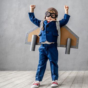 Kreatives Kind mit selbstgemachter Rakete hat zeigt große Motivation und Selbstvertrauen dank des Lerncoachings