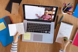 Schüler erhält eine Online-Nachhilfe an seinem Laptop in seiner individuellen Lernumgebung zuhause