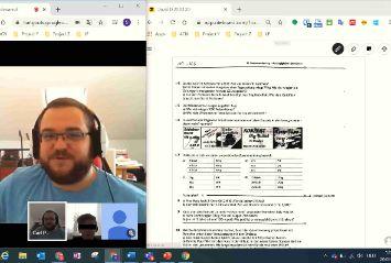 Eine Lehrkraft schaut einem Lernforum-Schüler beim Online-Unterricht in Mathe beim Lösen einer Aufgabe zu