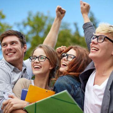 Vier Oberstufenschüler haben dank eines Lernforum-Prüfungskurses ihr Abitur bestanden und jubeln