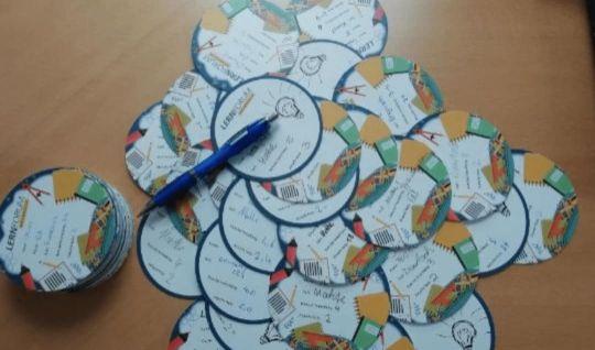 Auf einem Tisch ausgebreitete Kärtchen mit Notenverbesserungen von Schülern aus dem letzen Schuljahr