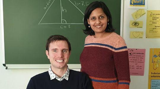 Die Lernforum-Geschäftsleitung Neha Maheshwari und Sven Brandelik posieren in einem Nachhilfe-Klassenzimmer