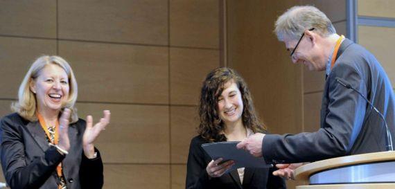 Dr. Katharina Brandelik nimmt eine wissenschaftliche Auszeichung der Universität Tübingen entgegen
