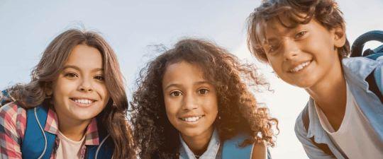 Drei Schüler der Mittelstufe grüßen nach dem Ferien-Intensivkurs des Lernforums in die Kamera