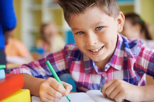 Ein Schüler aus der Mittelstufe macht eine gratis Lernstandsanalyse im Lernforum und hat Spaß dabei