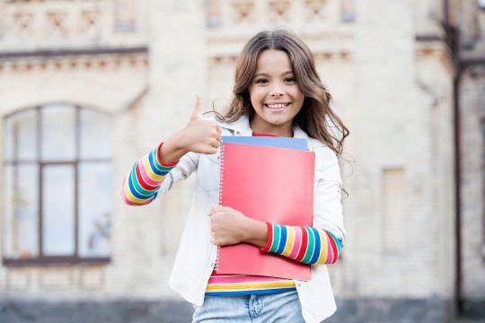 """Eine Schülerin hat dank Nachhilfe im Lernforum bessere Noten erreicht und gibt dafür einen """"Daumen hoch"""""""