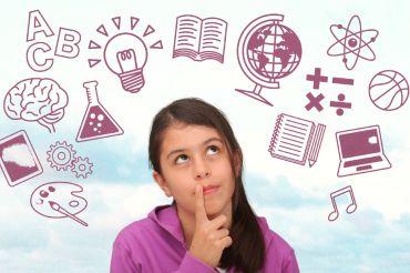 Nachdenkende Schülerin umgeben von verschiedenen Symbolen für Unterricht von Fächern wie Spanisch, Geschichte oder Informatik