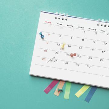 Kalender mit markierten Tagen als Symbol für Selbstorganisation und effektives Lernen für bessere Noten